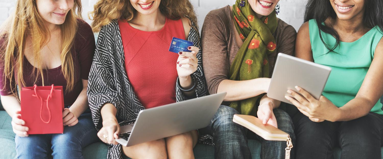 Frauen die online einkaufen
