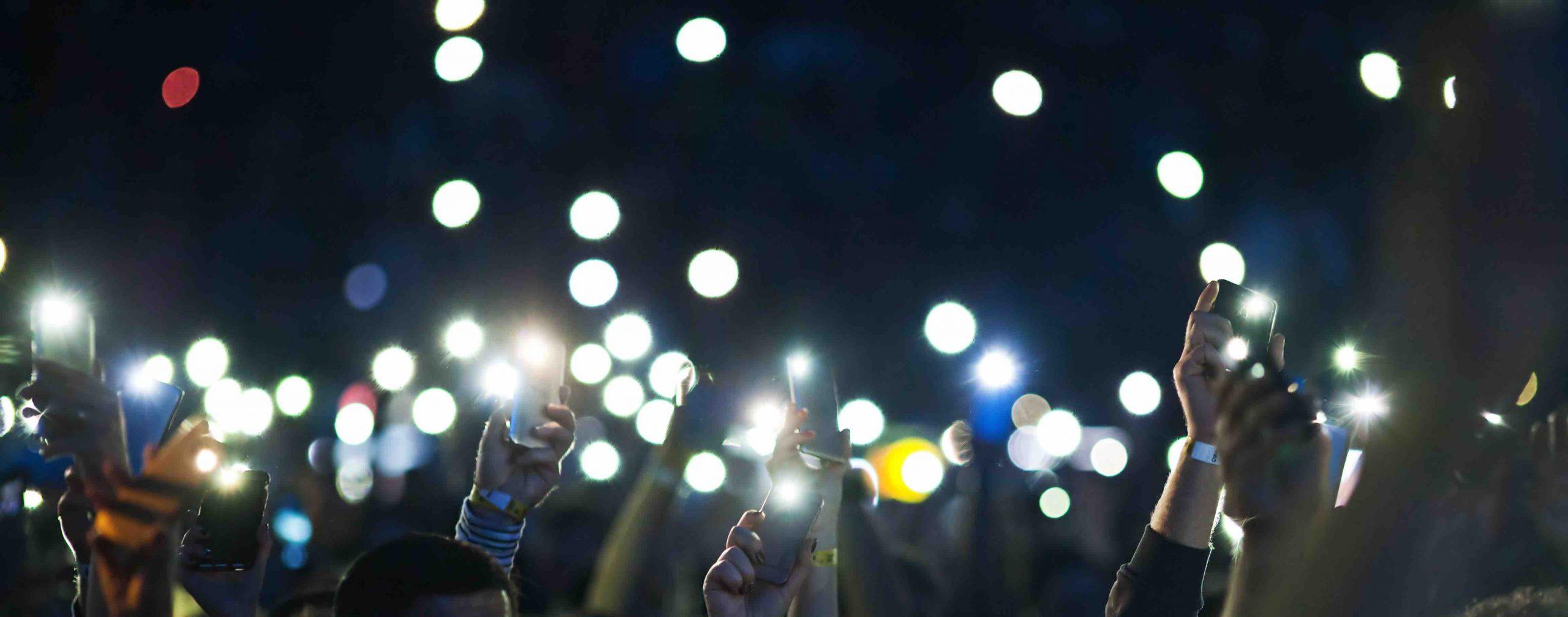 Party mit Smartphones in der Luft