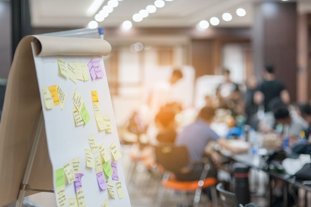 Workshop in Büro mit Flipchart