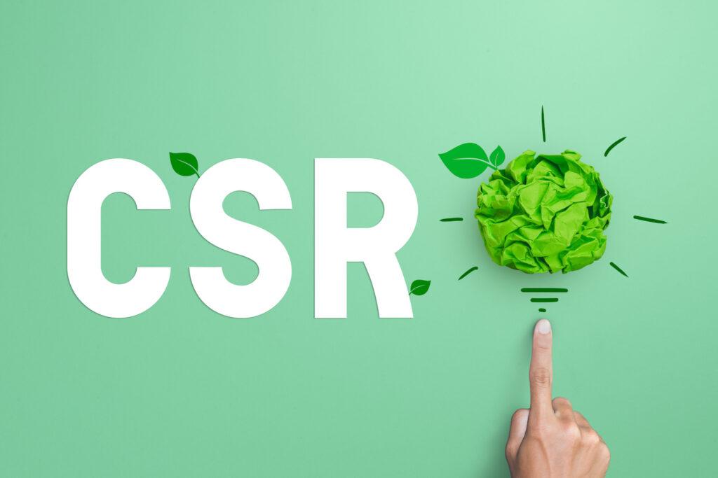 Buchstaben CSR mit grüner Papierglühbirne