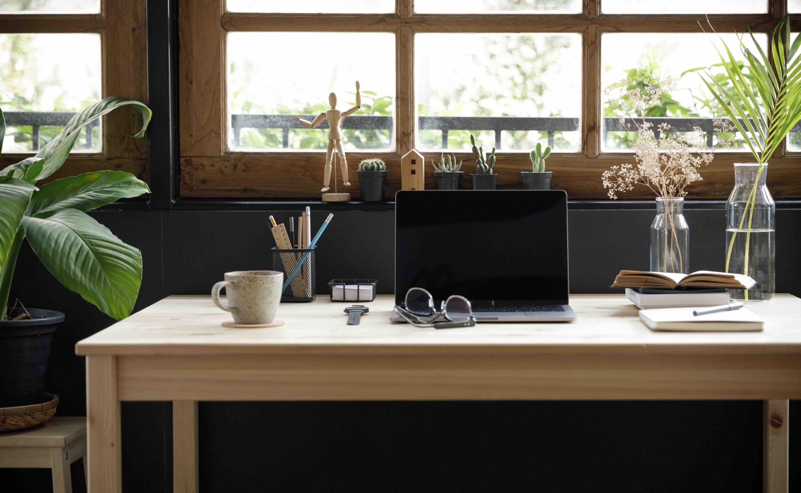Aufgeraeumter Schreibtisch
