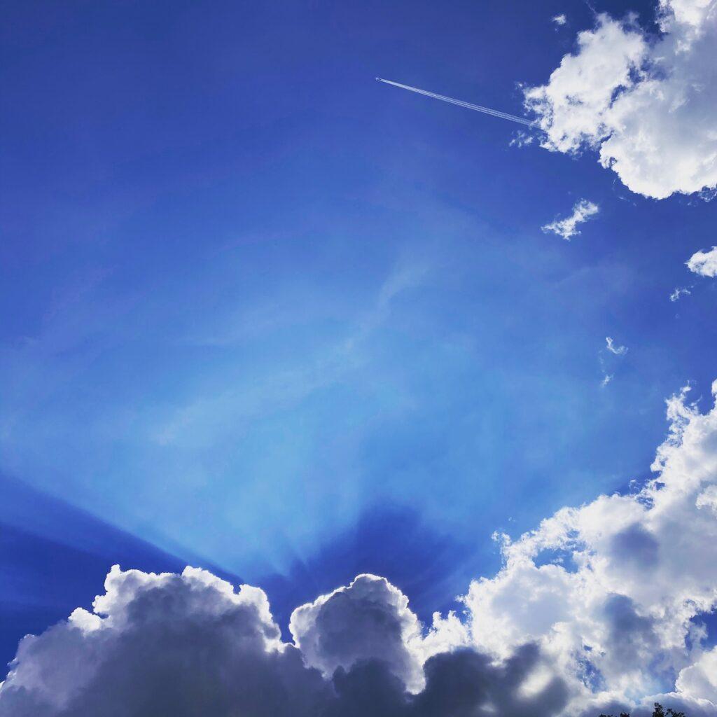 Blauer Himmel mit Flugzeug