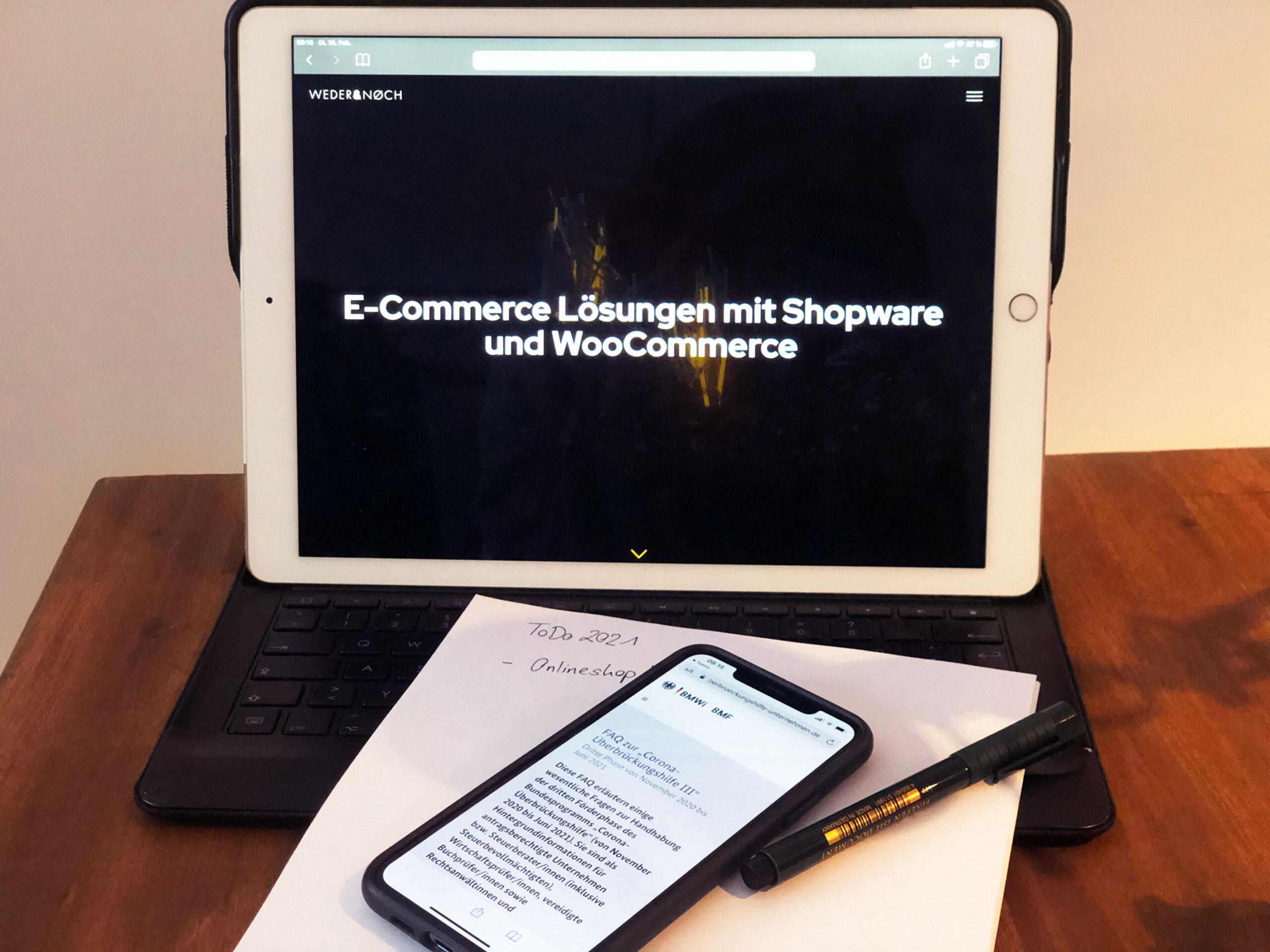 Tablet mit Handy und Notizblock
