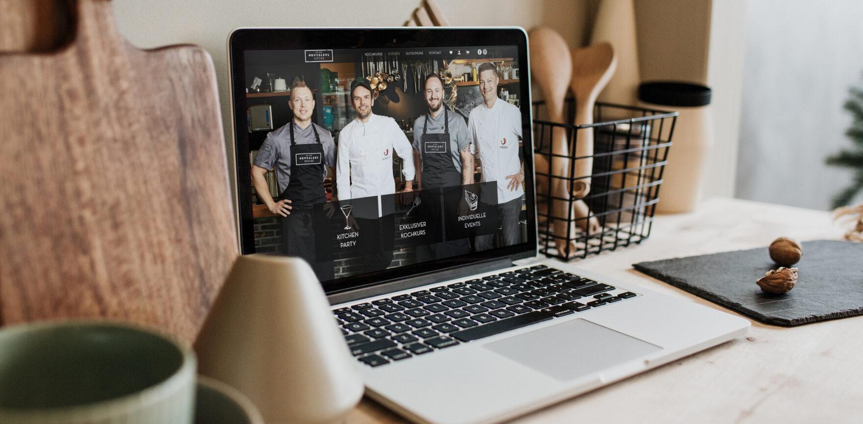 Steffen Henssler und Hensslers Kueche Crew auf Laptop