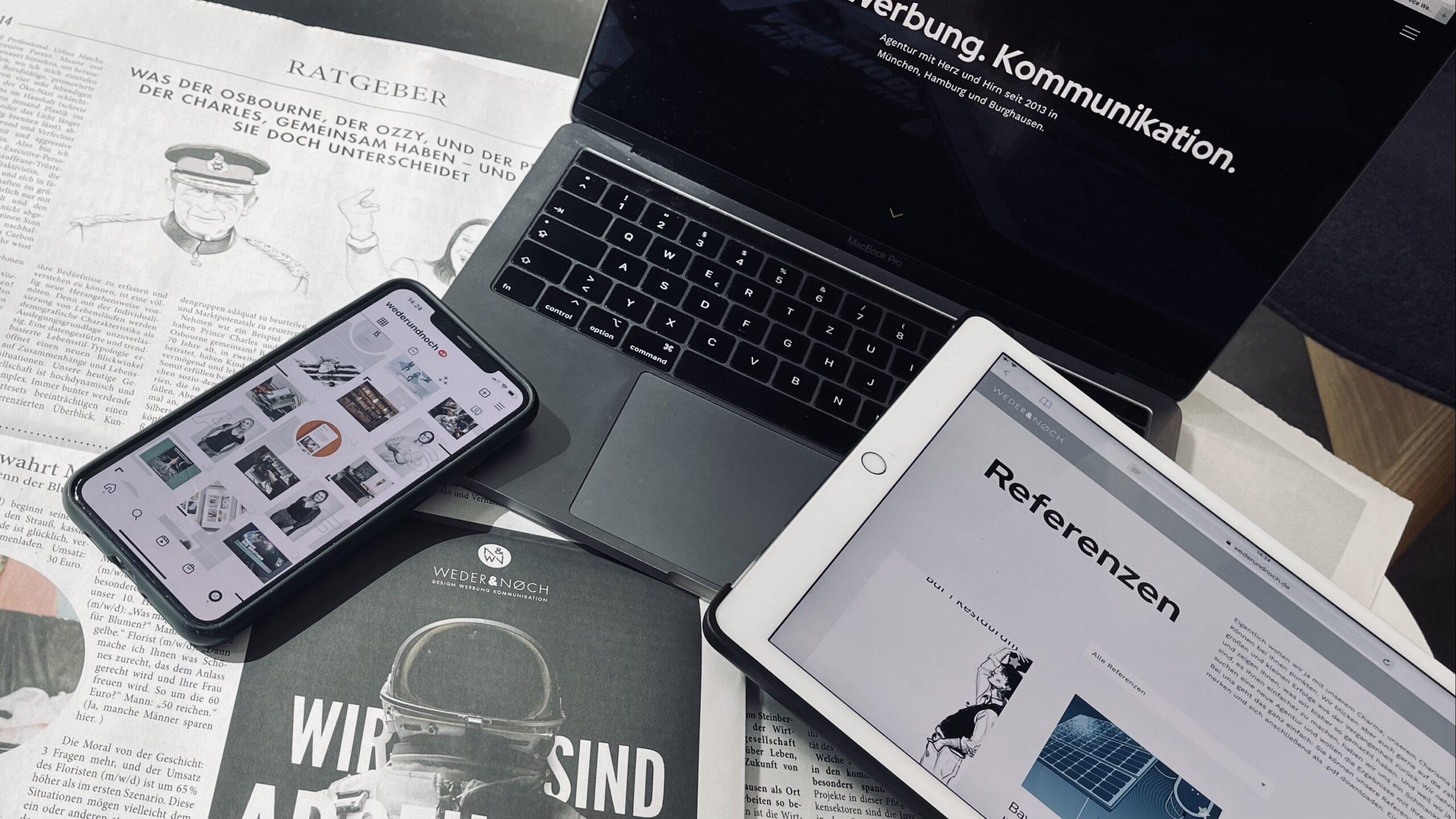 Entstehung von Desinformationen - Media Overload mit Zeitung, Laptop, iPad und Handy
