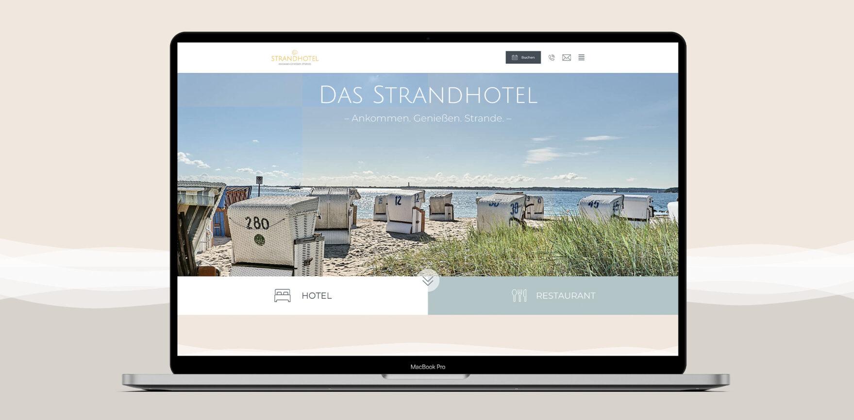 Offener Laptop mit Strandhotel Website