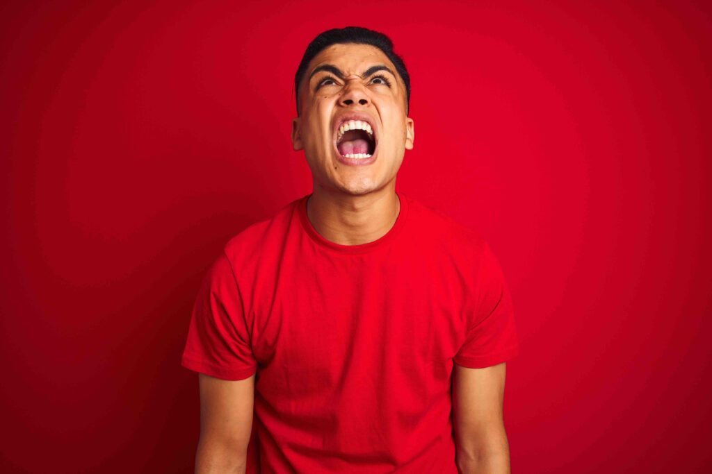 Gesellschaftsspiele: Wuetender schreiender Mann