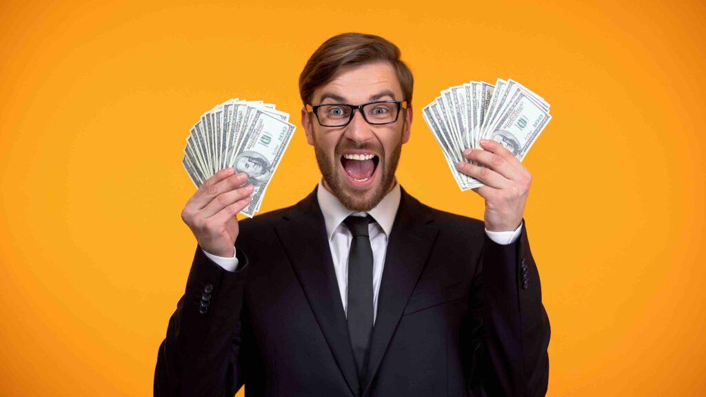 Gesellschaftsspiele: Mann mit Geld in den Haenden