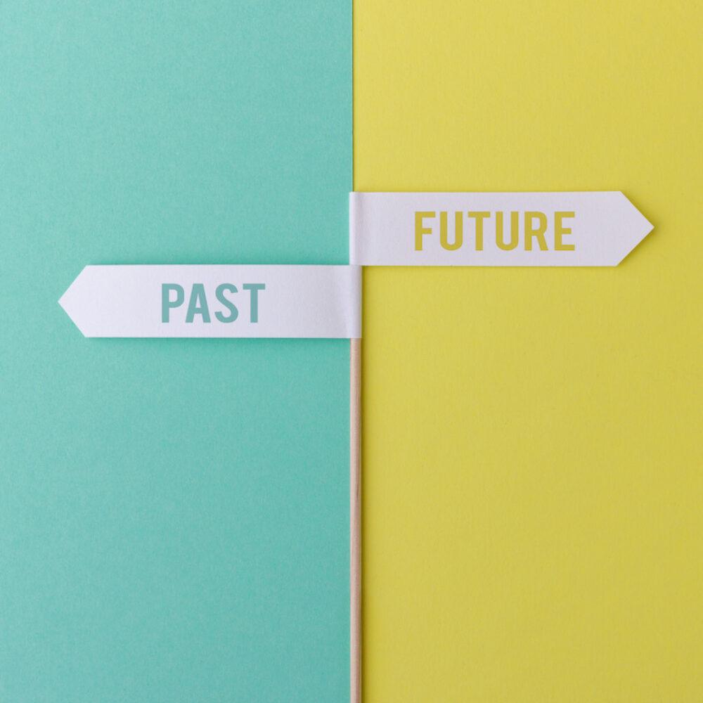 Zwei Schilder mit Aufschrift Past und Future