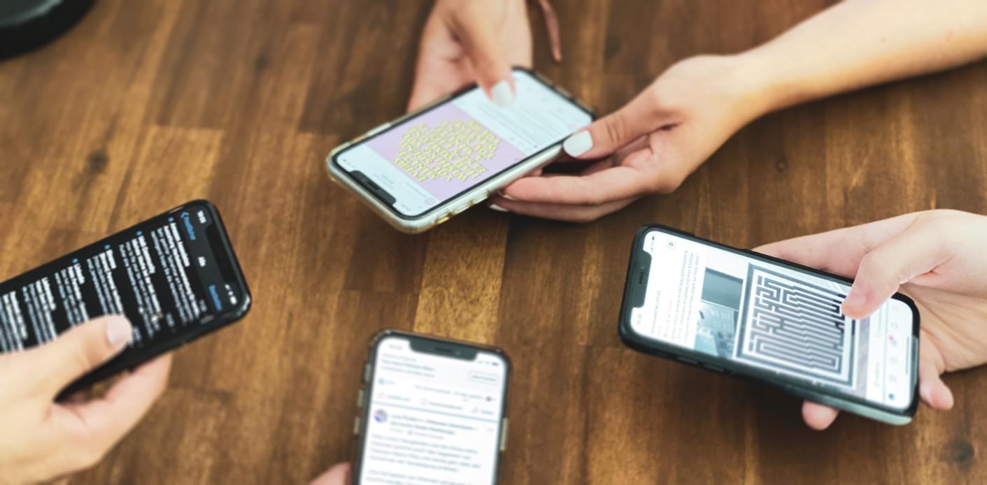 Social Dilemma durch Gruppe von Menschen mit Handy