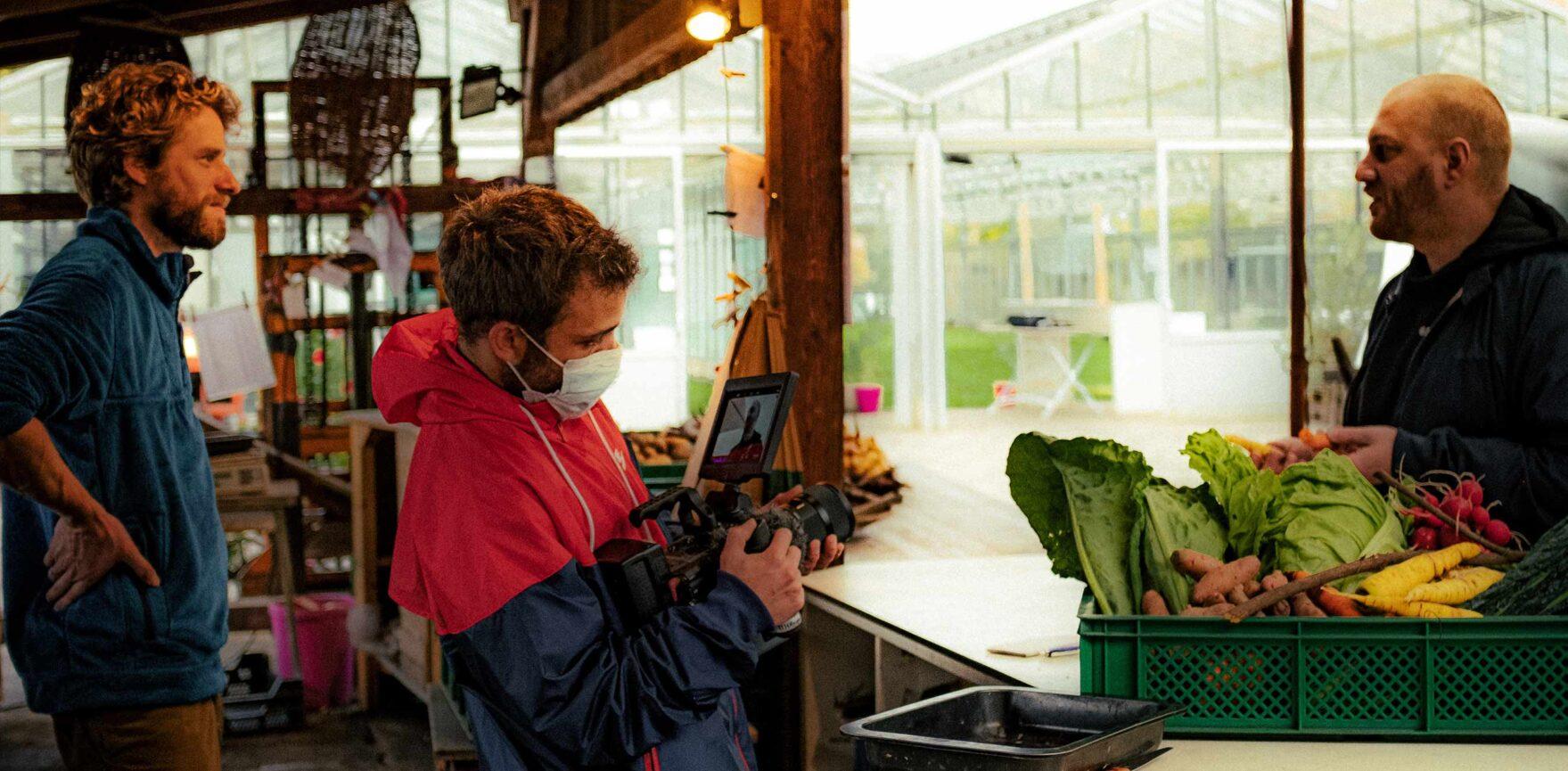 Kameramann auf einer Spoon Fellas Produktion mit Gemüse