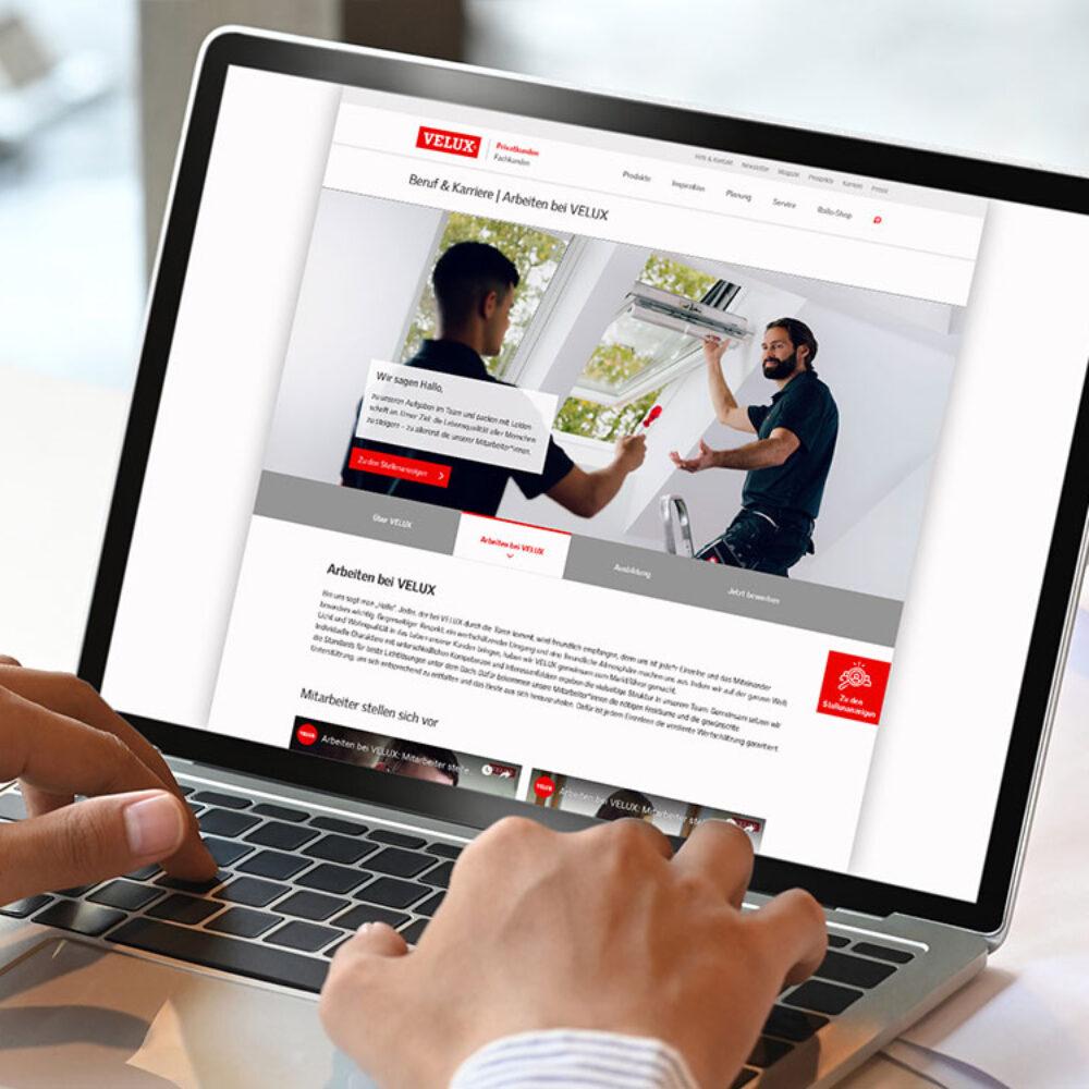 Laptop mit VELUX Karriere Webdesign geoeffnet