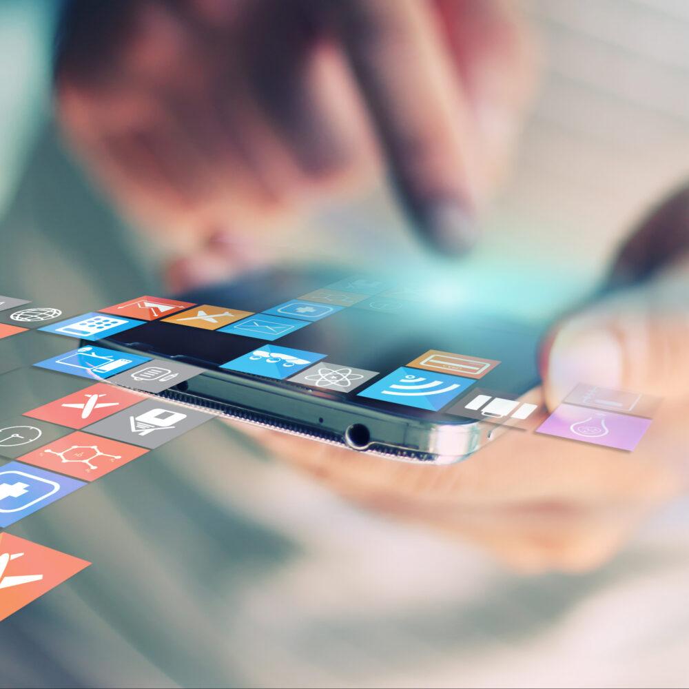 Finger tippt auf Handy, Social Media Icons