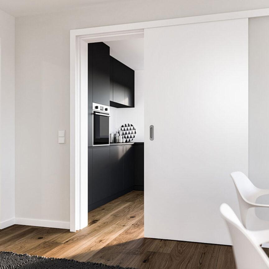 Weiße Schiebetür zur Hälfte geöffnet mit Sicht auf die Küche