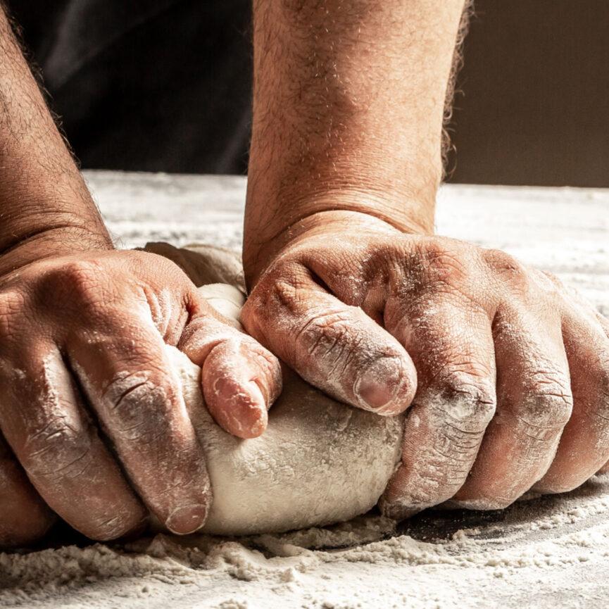 Meisterbrezen Website Relaunch Haende kneten Brotteig
