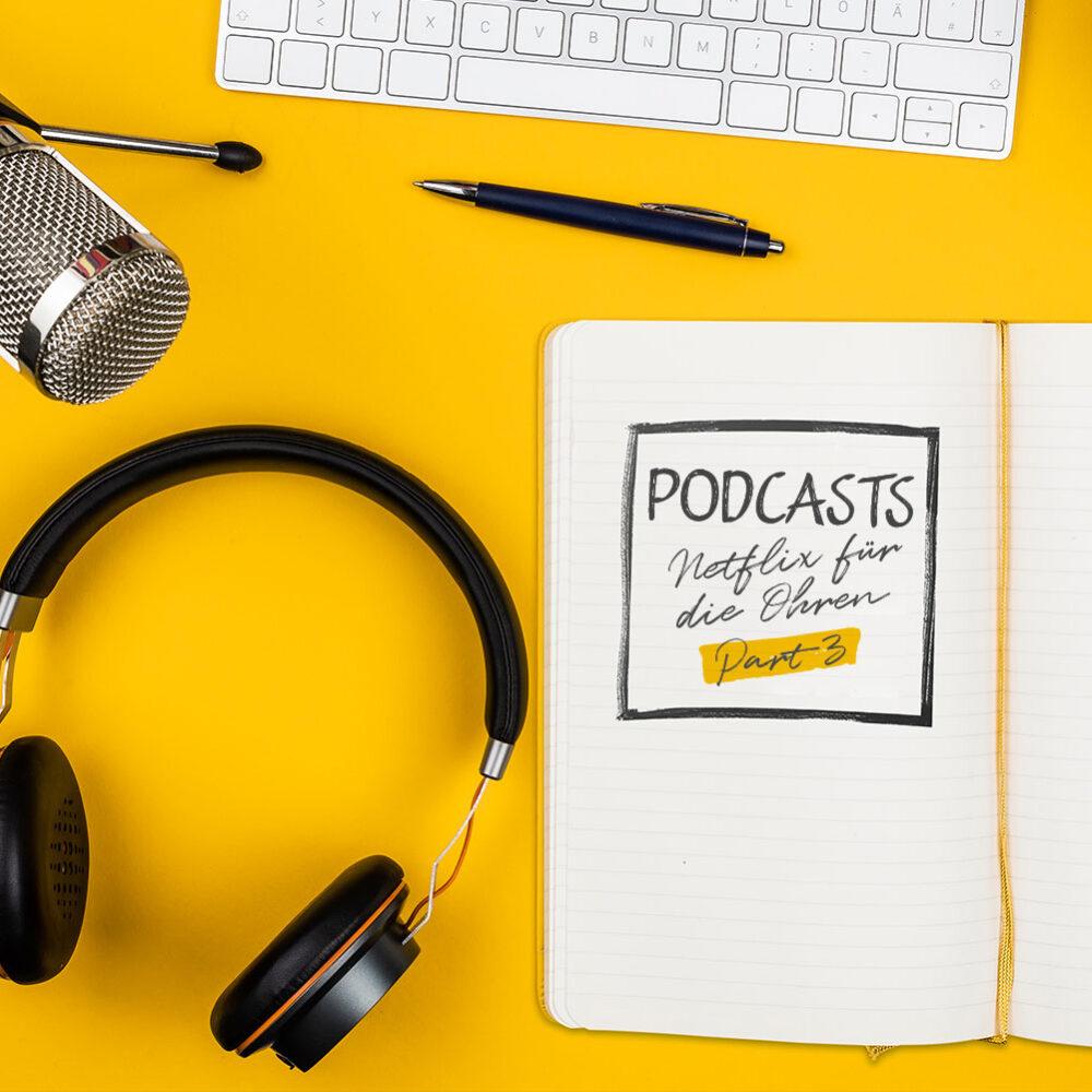 Podcast: Schreibtisch mit Kopfhörer, Notizblock und Kopfhörer