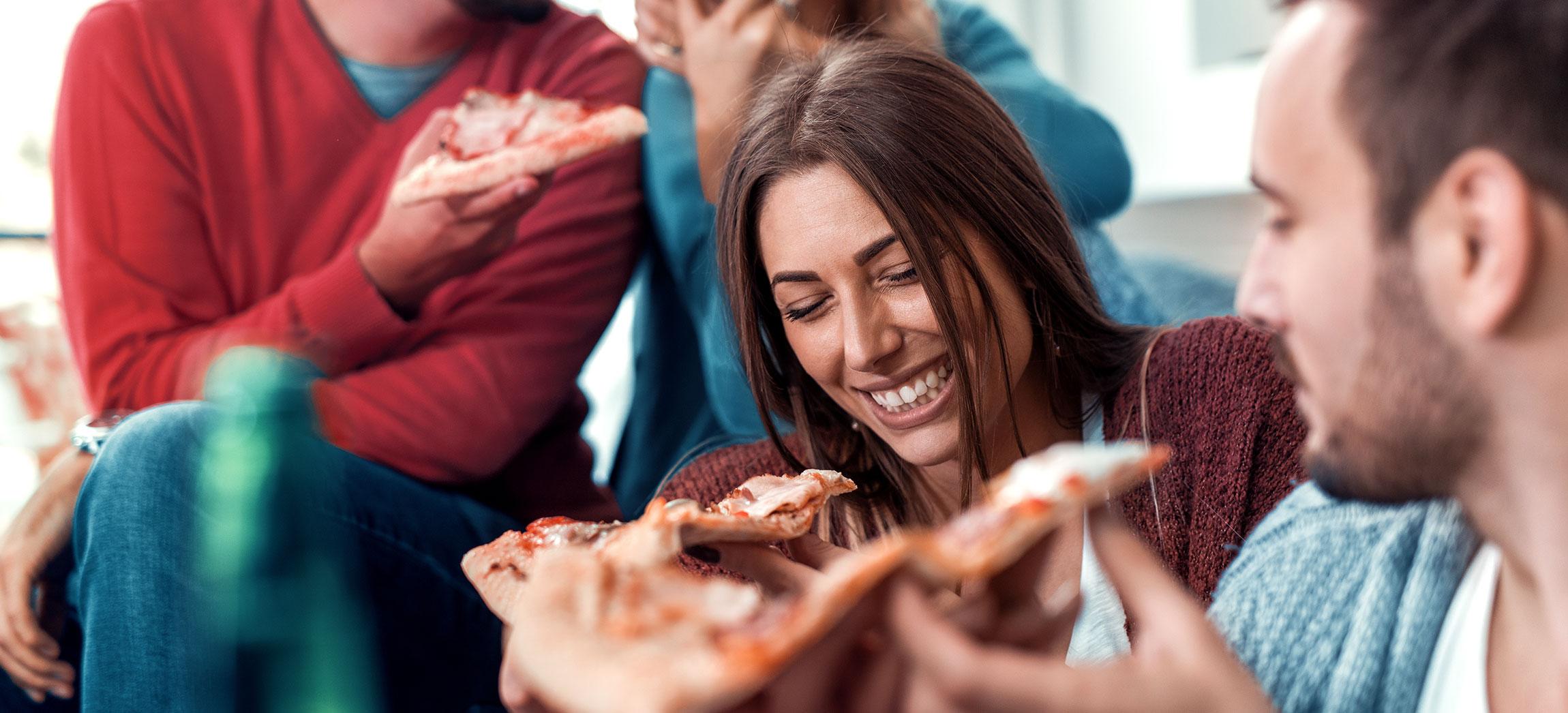 Frau und Mann essen Pizza