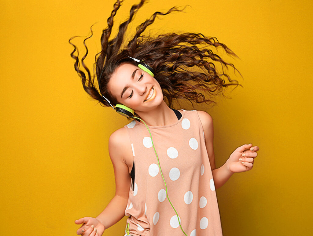 Frau mit Kopfho%CC%88rer tanzt