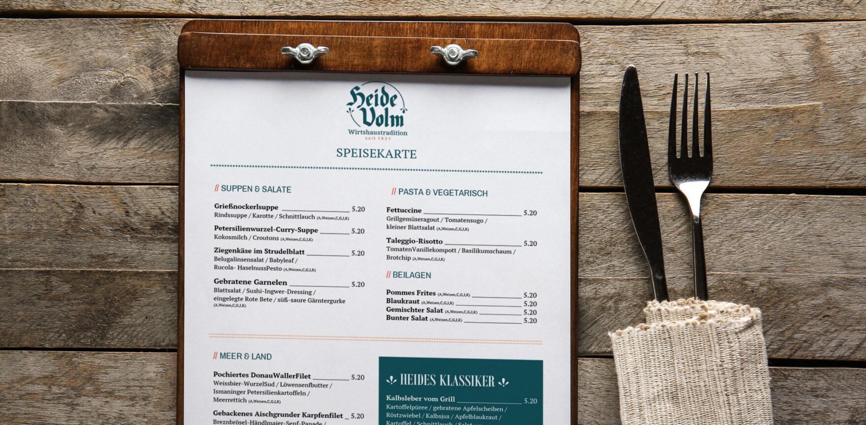Editierbare Word-Vorlage der Speisekarte Klemmbrett Holztisch Besteck