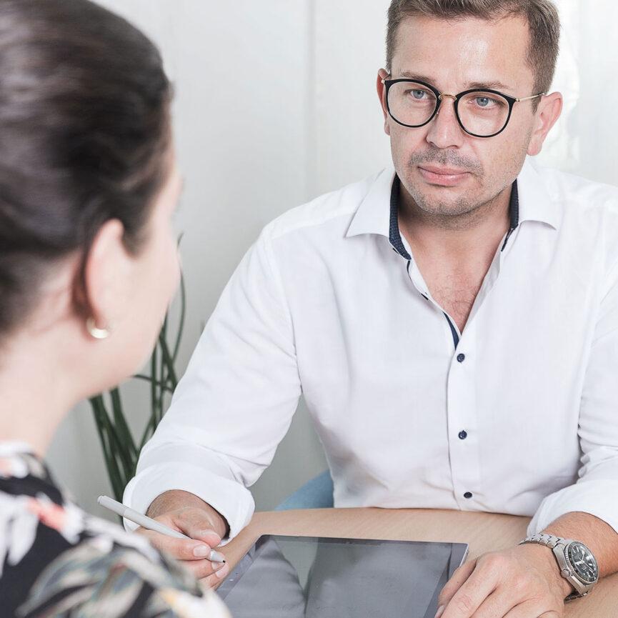 Anamnesegespraech zwischen Therapeut und Patientin
