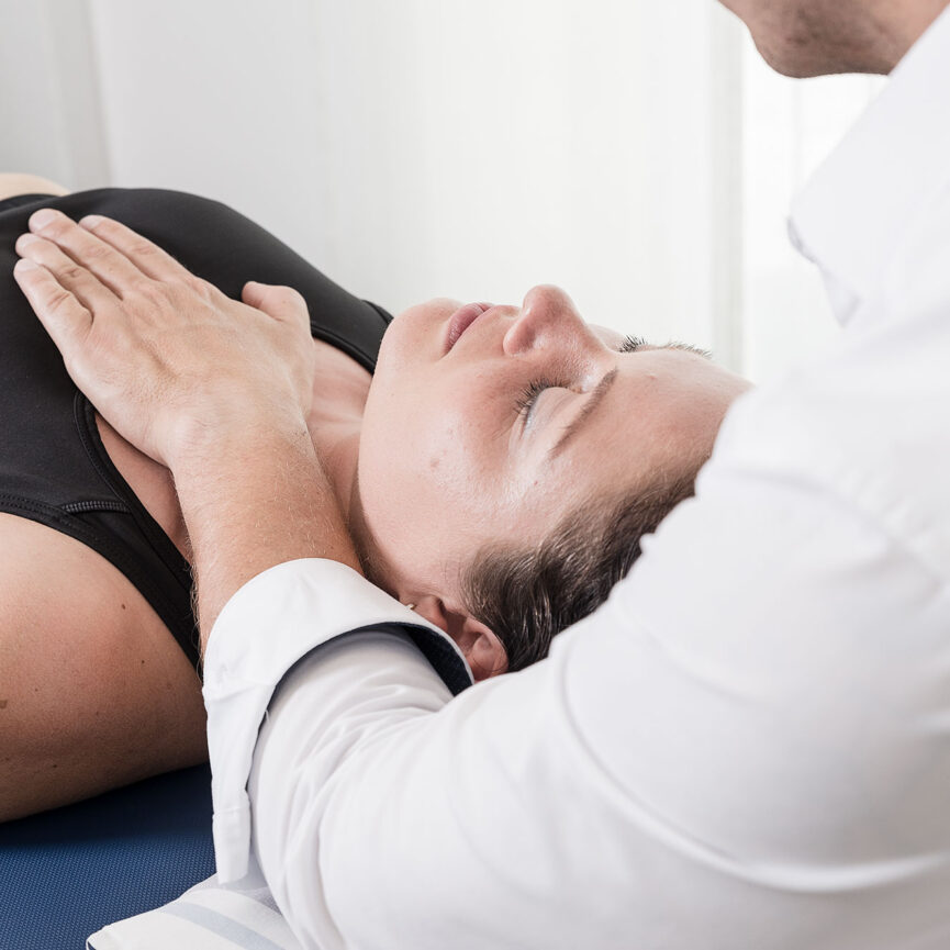 Patientin in Behandlung wird Hand aufgelegt